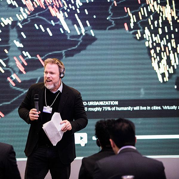 Rob Muggah apresentando nosso app Cidades Frágeis em Davos.