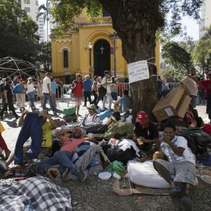 Após do desabamento de prédio invadido, sem-teto acampam no largo do Paissandu