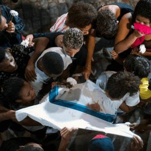 Amigos de Marcos Vinicius da Silva, 14, morto após levar um tiro em operação da polícia a favela da Maré, no Rio